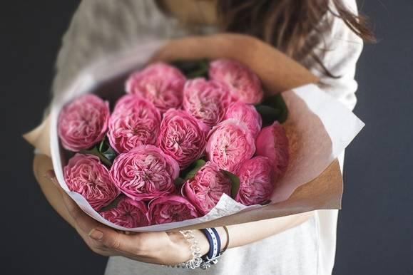 Выкинуть увядший букет цветов – избавитесь от обузы, от того, что тяготило и мешало радоваться жизни.